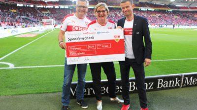 Scheckübergabe beim VfBfairplay Spieltag