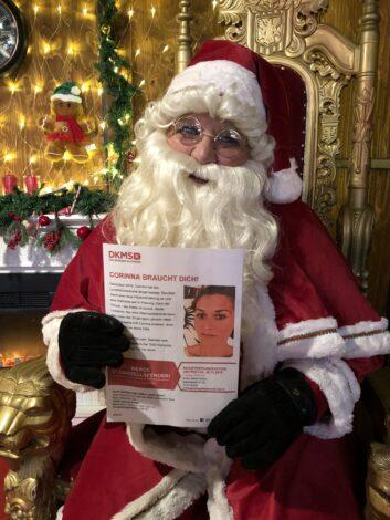 Corinna braucht Dich - Weihnachtsmann mit Flugblatt
